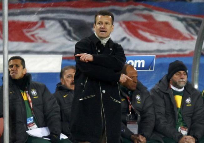 Maglione a collo alto sotto il giaccone scuro per il tecnico brasiliano Dunga (Reuters)