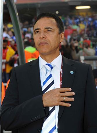 Cravatta piuttosto appariscente per il ct dell'Honduras Reinaldo Rueda (Infophoto)
