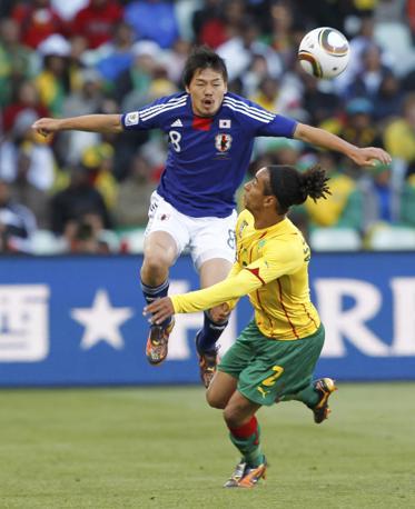 Giappone-Camerun: Matsui e Assou-Ekotto (Reuters/Hanai)