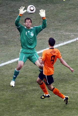 Olanda-Danimarca: Van Persie prova il pallonetto (Apa/Ludbrook)