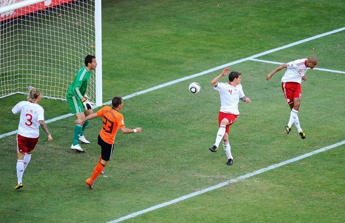 Olanda-Danimarca: Simon Poulsen, a destra, colpisce di testa ma centra Agger (n.4): è autogol danese (Getty/Djansezian)