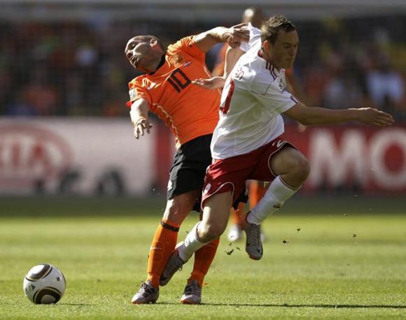 Olanda-Danimarca: Enevoldsen blocca Sneijder (Ap/Dunham)