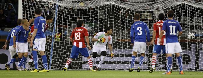 Alcaraz colpisce di testa e porta in vantaggio il Paraguay. È il 39esimo del primo tempo (Ap)