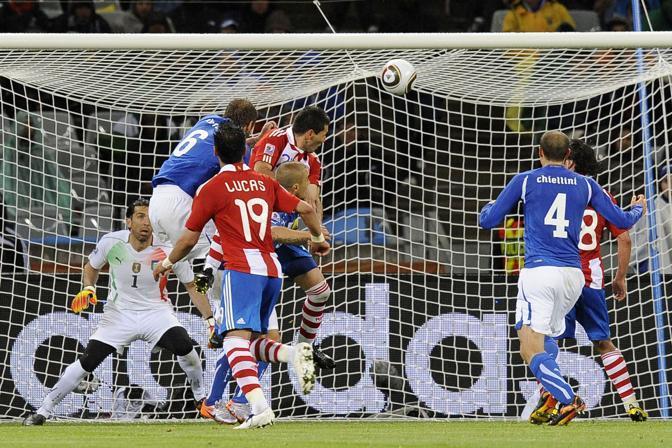 Ecco il momento dello stacco del difensore paraguagio (Image Sport)