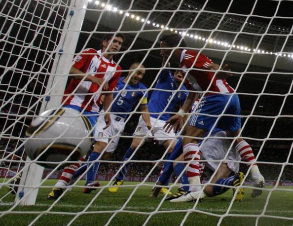 De Rossi sotto una selva di gambe ha appena spinto in rete il pallone del pareggio dell'Italia al 17esimo del secondo tempo (Reuters)