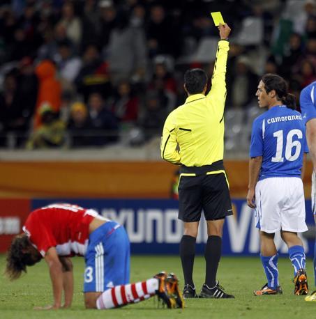 Camoranesi, subentrato nella ripresa a Marchisio,  viene ammonito dall'arbitro (Reuters)