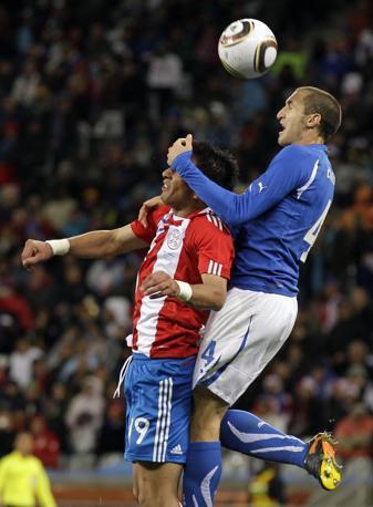 Giorgio Chiellini sovrasta l'avversario aiutandosi anche con la mano (Ap)