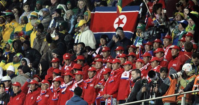 Brasile-Corea del nord: tifosi nordcoreani sugli spalti dell'Ellis Park di Johannesburg (Epa/Kerim Okten)