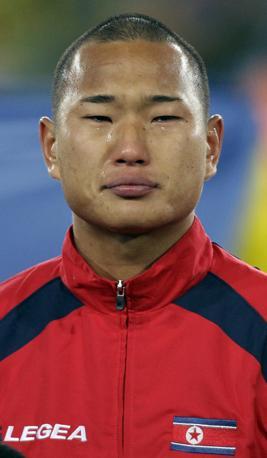 Brasile-Corea del nord: Jong Tae-Se in lacrime all'inno nazionale  (Ap/Ivan Sekretarev)