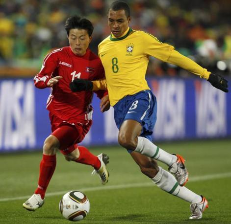 Brasile-Corea del nord: Gilberto Silva e Mun In-guk (Reuters/Siphiwe Sibeko)