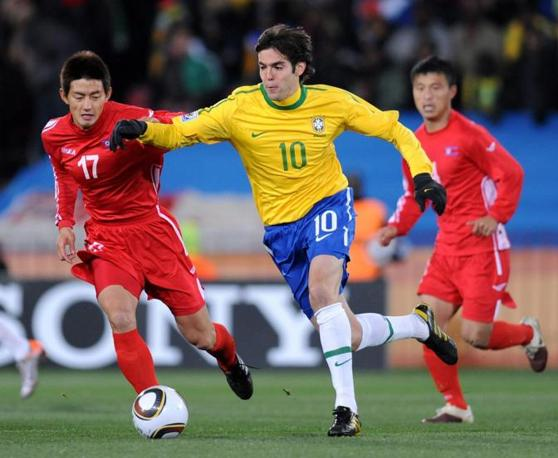 Brasile-Corea del nord: Kakà marcato da An Yong-Hak (Epa/Georgi Licovski)