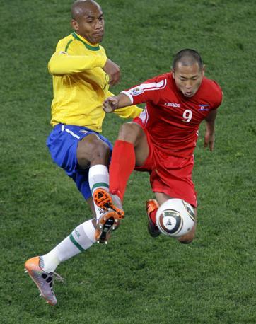 Brasile-Corea del nord: dell'interista Maicon il gol che ha sbloccato il risultato  (Ap/Marcio José Sanchez)