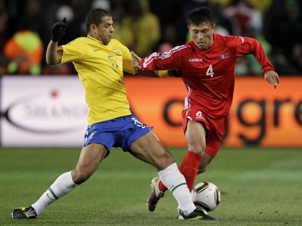 Brasile-Corea del nord: lo juventino Felipe Melo e Pak Nam Chol (Ap/Matt Dunham)