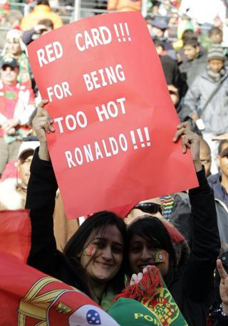 Portogallo-Costa d'Avorio: tifose di Cristiano Ronaldo. «Cartellino rosso a Ronaldo per essere troppo figo», dice il loro cartello  (Ap/Schalk van Zuydam)