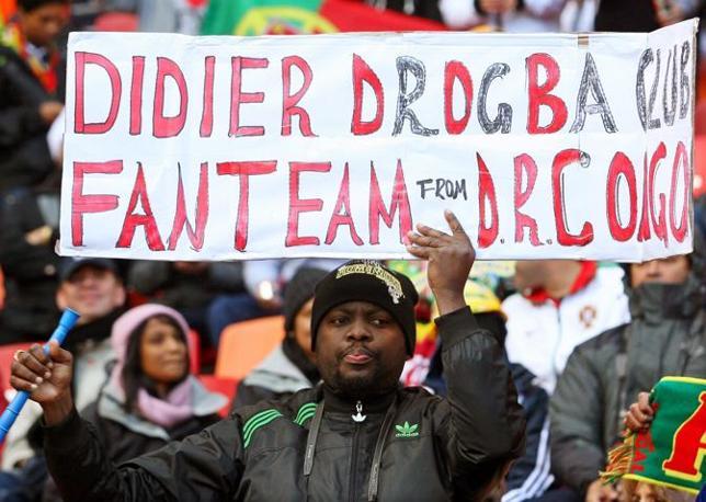 Portogallo-Costa d'Avorio: ma anche Drogba ha i suoi tifosi, come questo che viene direttamente dal Congo (Epa/Carl Fourie)