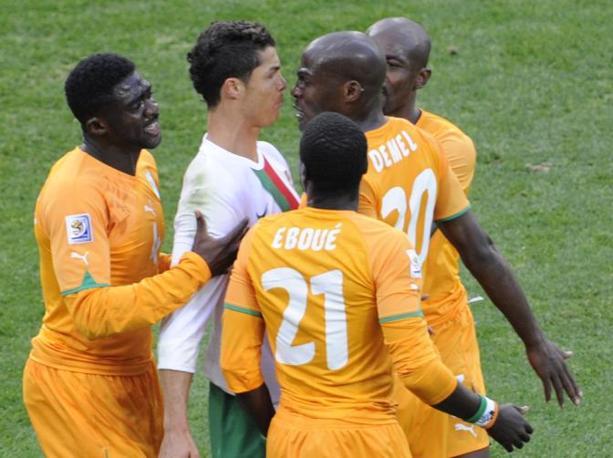 Portogallo-Costa d'Avorio: Ronaldo circondato da ivoriani minacciosi (Afp/Liu Jin)