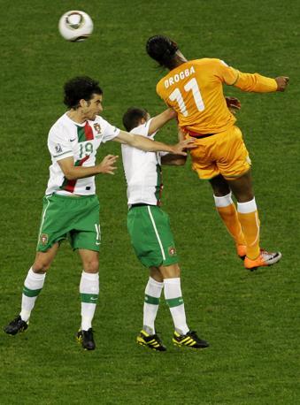 Portogallo-Costa d'Avorio: Drogba anticipa di testa Tiago e Simao Sabrosa  (Ap/Yves Logghe)