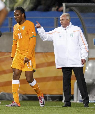 Portogallo-Costa d'Avorio: Eriksson dà gli ultimi consigli a Drogba (Reuters/Yves Herman)