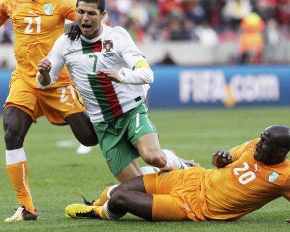 Portogallo-Costa d'Avorio: Cristiano Ronaldo steso dalla difesa ivoriana (Reuters/Denis Balibouse)