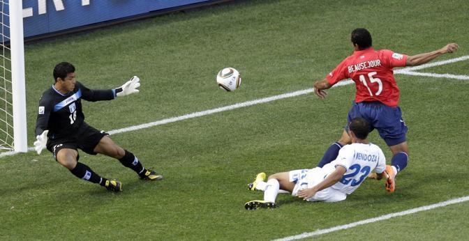 Cile-Honduras: Mendoza vuole mettere in angolo, la palla sbatte sul cileno Jean Beausejour e finisce in rete  (Ap/Michael Sohn)