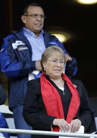 Cile-Honduras: hanno assistito all'incontro anche l'ex presidente cilena Michelle Bachelet e dietro di lei l'attuale capo di Stato dell'Honduras, Porfirio Lobo  (Ap/Claudio Cruz)