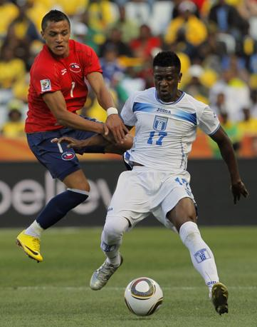 Cile-Honduras: lotta tra due «italiani», Sanchez dell'Udinese e Alvarez del Bari (Ap/Bernat Armangue)
