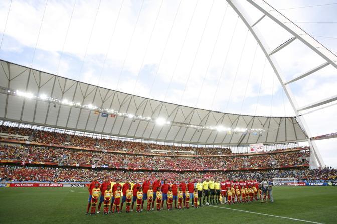 Tocca alla Spagna, una delle grandi favorite: ecco le Furie Rosse schierate in campo assieme alla nazionale svizzera (Reuters)