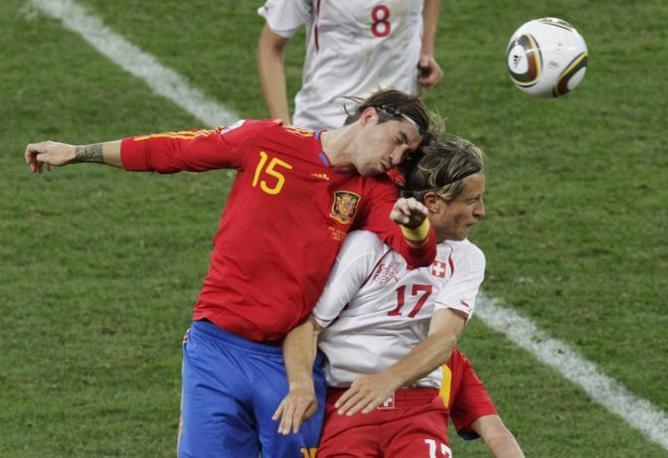 Le immagini del match: contrasto aereo tra Sergio Ramos e Ziegler (Reuters)