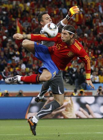 Benaglio in uscita su Sergio Ramos (Reuters)