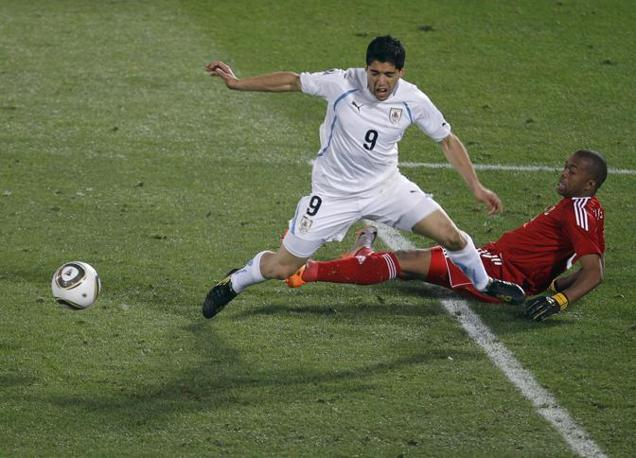 Il fallo da rigore di Khune su Suarez (Reuters)