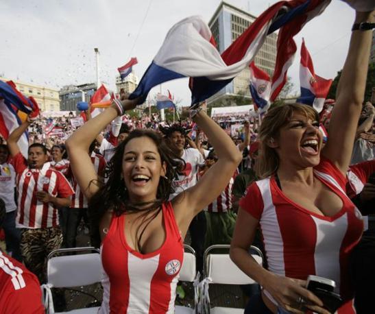 L'esultanza di due tifose del Paraguay dopo il gol del provvisorio vantaggio sudamericano contro l'Italia (Ap)