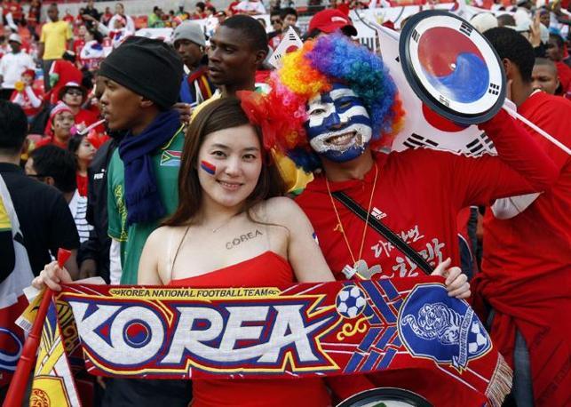 Una supporter sudcoreana prima della sfida della sua nazionale contro la Grecia  (Epa)