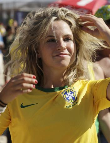 Una tifosa brasiliana attende l'esordio della Seleçao (Lapresse)