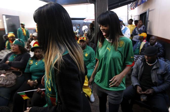 Un gruppo di supporter del Camerun in un bar di Johannesburg (Ap)