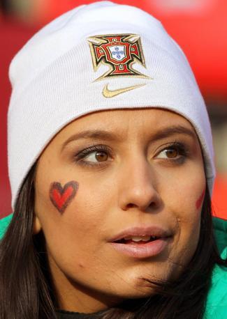 Una tifosa portoghese (Epa)