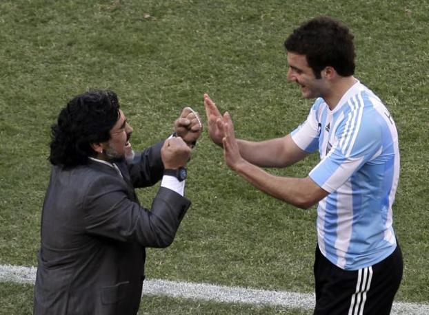 Argentina-Corea del sud: Maradona saluta il suo goleador Higuain (Ap/Marcio Jose Sanchez)