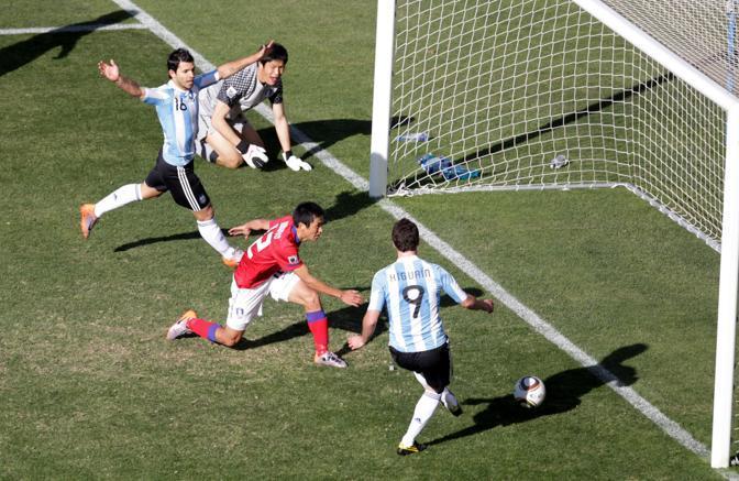 Argentina-Corea del sud: facile deviazione sottoporta per il secondo gol di Higuain, il terzo argentino (Epa/John Hrusa)
