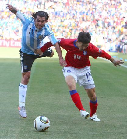 Argentina-Corea del sud: Carlos Tevez e Lee Jung-soo (Epa)