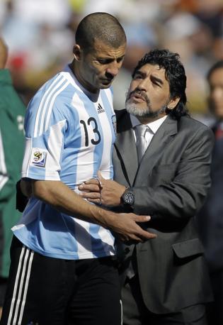 Argentina-Corea del sud: Maradona consola Samuel. L'interista è uscito nel primo tempo per un problema muscolare al polpaccio  (Ap/Matt Dunham)