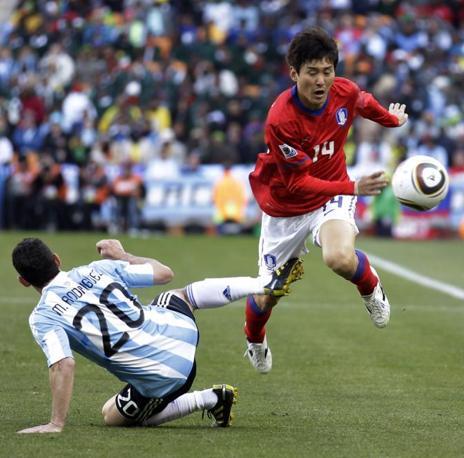 Argentina-Corea del sud: Maxi Rodriguez interviene su Lee Jung-soo  (Ap/Matt Dunham)