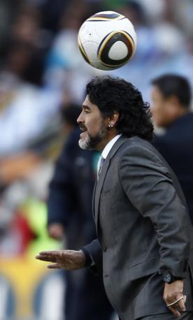 Argentina-Corea del sud: Maradona scherza con il pallone (Reuters)
