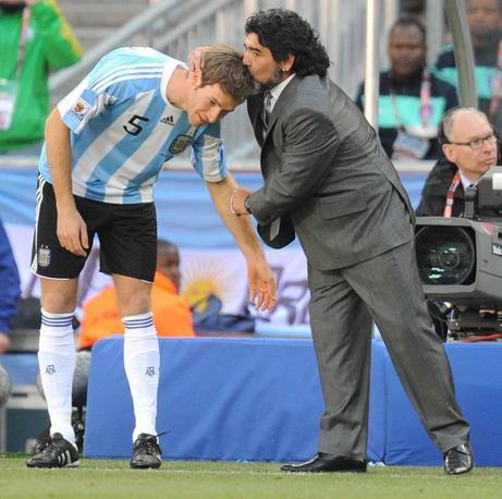 Argentina-Corea del sud: Maradona bacia Bolatti (Epa/Georgi Licovski)