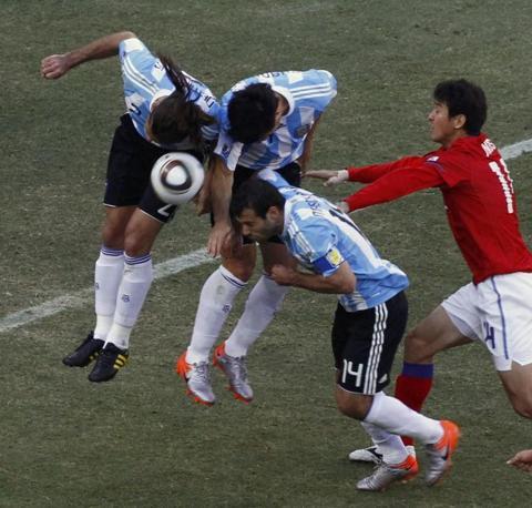 Argentina-Corea del sud: grazie a questo pasticcio difensivo, gli argentini hanno dato la palla a Lee Jung-soo per il gol del momentaneo 2-1 (Reuters/David Gray)
