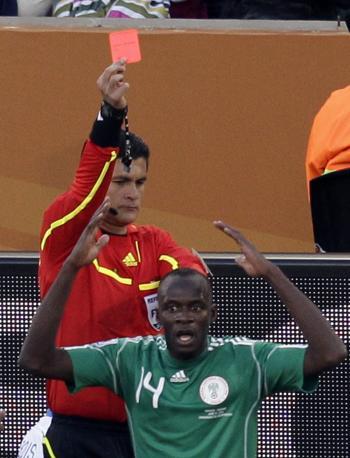Grecia-Nigeria: l'arbitro colombiano Oscar Ruiz estrae il cartellino rosso per Sani Kaita (Ap/Michael Sohn)