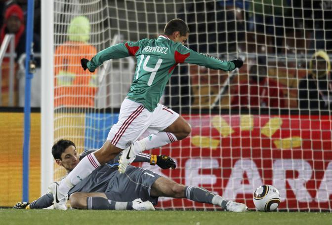Hernandez dribbla il portiere e sigla l'1 a 0 (Reuters)