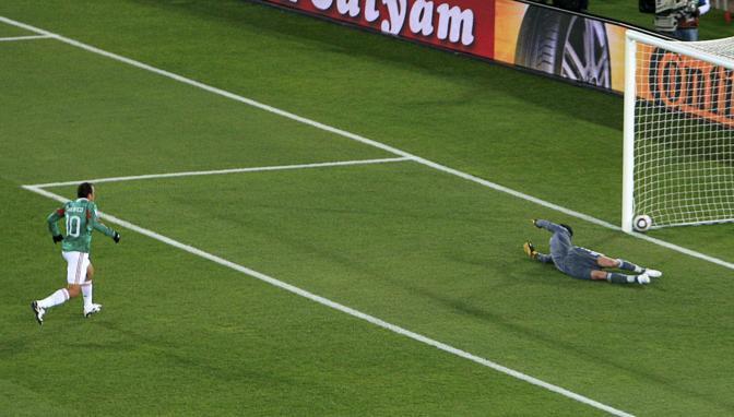 Blanco segna su rigore il gol del 2 a 0 (Reuters)