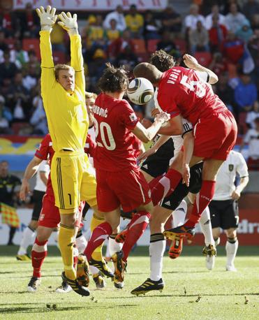 Germania-Serbia 0-1: il portiere tedesco Neuer blocca un'azione di Subotic e Vidic (Reuters)