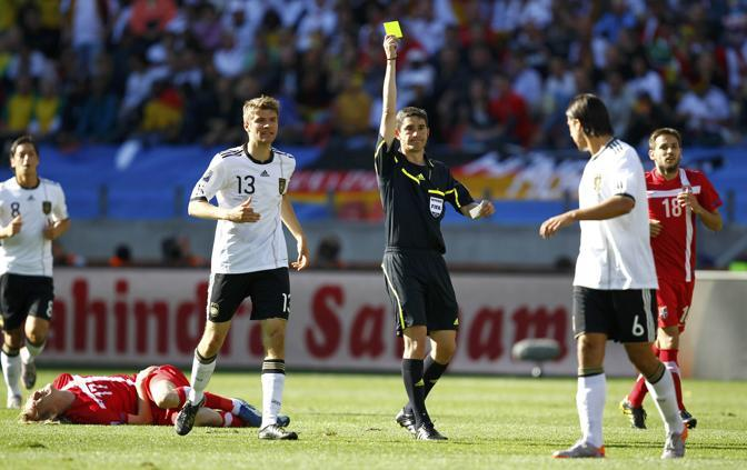 Germania-Serbia 0-1: l'arbitro spagnolo Alberto Undiano mostra il cartellino giallo al tedesco Khedira (Reuters)