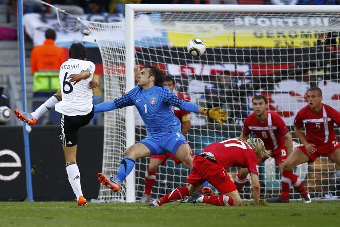 Germania-Serbia 0-1: il tedesco Khedira tenta un'azione offensiva (Reuters)