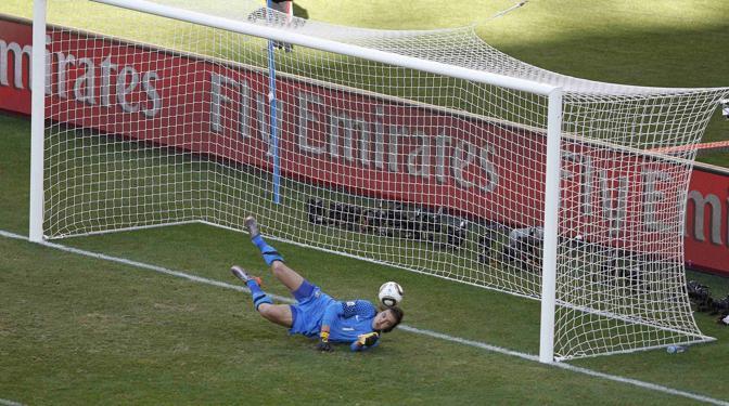 Germania-Serbia 0-1: il portiere serbo Stojkovic para un tiro di Podolski (Reuters)
